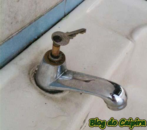 Consertei a torneira do banheiro!